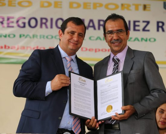Prefecto entregó acuerdo de reconocimiento a Campozano por su aniversario de Parroquialización.