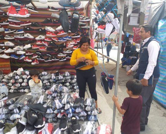Un técnico del Consejo de Protección de Derechos auscultando si se encontraban trabajando niños en la feria comercial.